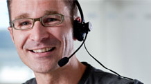 Mann im Call-Center mit Headset